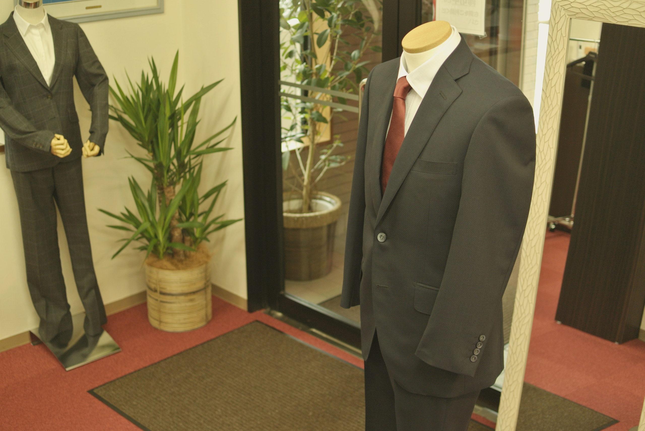 雨濡れのスーツ(ジャケット・パンツ)は ご購入時のハンガーにかけて、自然乾燥を オーダースーツ アスターの国産生地でお仕立て